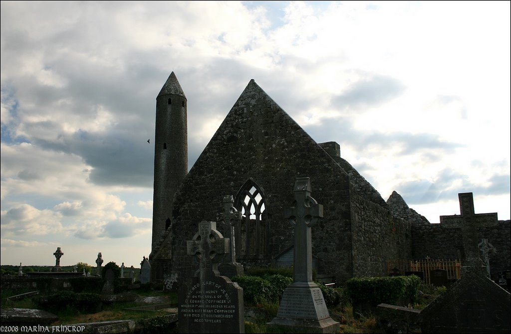 Kathedrale und Rundturm Kilmacduagh Monastery - Roundtower and cathedral, Ireland Co. Galway